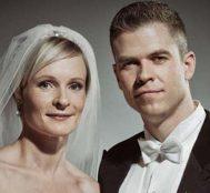 İlk Bakışta Normal Bir Düğün Fotoğrafı Gibi Görünen Bu Fotoğrafın Arka Planını Görünce Şok Olacaksınız.