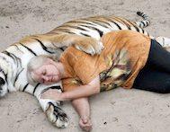 Arka Bahçesinde İki Tane Evcil Kaplan Besleyen Bu Kadının Kaplanlarla Olan İlişkisine Çok İmreneceksiniz!
