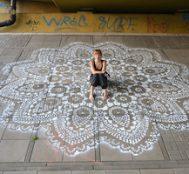 Hızını Alamayan Polonyalı Artist Sokağın Dört Bir Köşesine Dantel Örnekleriyle Şekil Verdi