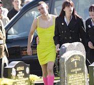 Bu Adam Ölen Arkadaşının Cenazesinde Giydiği Kıyafetle Tüm Dikkatleri Üzerine Çekti.. Onunsa Farklı Bir Gerekçesi Vardı