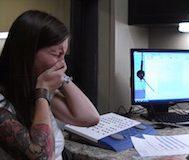 Duyma Engelli Olan 29 Yaşındaki Bu Genç Kadın Kendi Sesini İlk Defa Duyar ve Gözyaşlarını Tutamaz