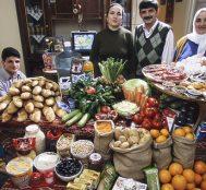 """Türkiye de Dahil 21 Farklı Ülkeden Çekilmiş Aile Fotoğraflarıyla """"Dünya Ne Yiyor?"""" Sorusu Cevaplandı"""