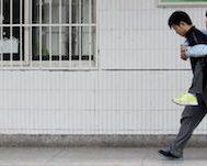 Çin'de Yaşayan Bu Öğrenci Son 3 Yıldır Sınıf Arkadaşını Okula Sırtında Taşıyarak Götürüyor