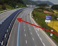 Güney Kore'de Otobanlara Kurulan Bu Solar Paneller Hem Enerji Üretiyor Hem de Bisikletlileri Koruyor