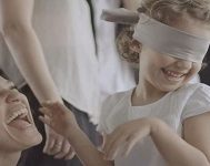 Yaşları 3 ila 9 Arasında Olan Bu 6 Çocuğun Gözleri Bağlanır ve İçgüdüleriyle Annelerini Bulmaları İstenir