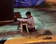 Evinde Elektrik Olmadığı İçin Annesinin Çalıştığı Restoranın Önünde Ödev Yapan Filipinli Çocuk