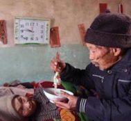 84 Yaşındaki Bu Çinli Adam 56 Senedir Felçli Karısına Bakıyor