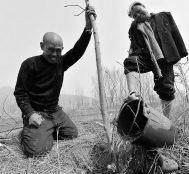 Biri Görme Engelli, Diğeri Kolsuz Olan İki Adam Çin'de 10.000 Ağaç Dikti
