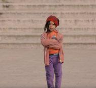 Küçük Kızı Zengin ve Yoksul Gibi Giydirildi. Zengine Herkes Yardım Etti, Yoksulaysa Kimse..